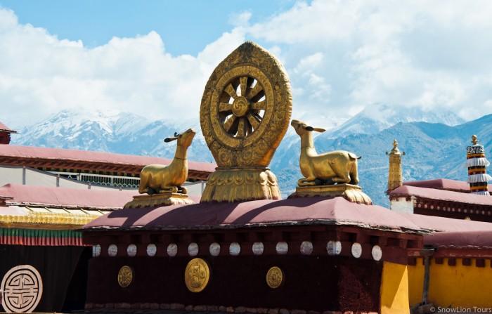 колесо Дхармы на крыше монастыря Дрепунг