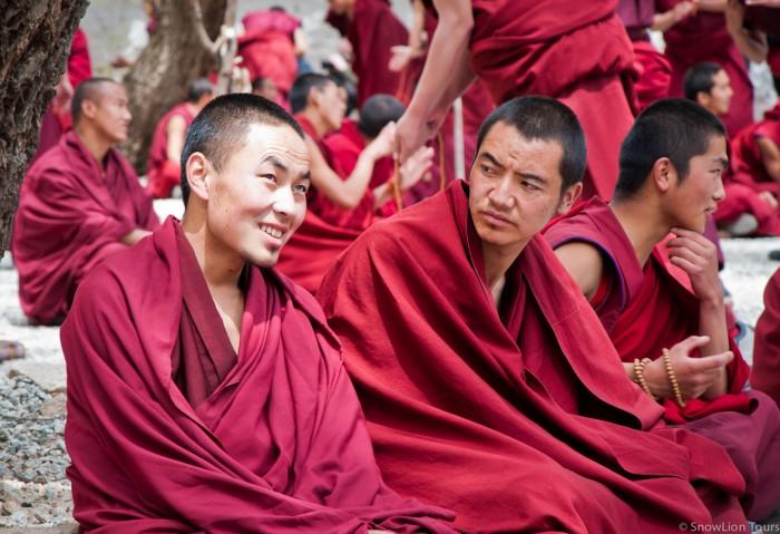 монахи монастыря Сера во время филосовских дебатов