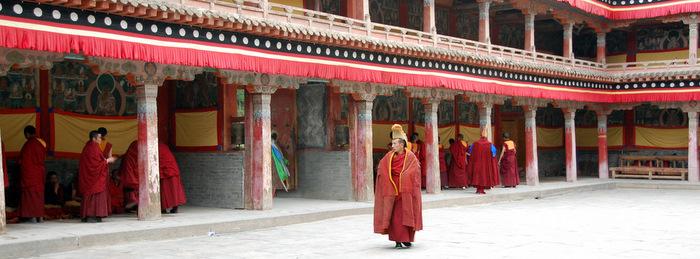 Монахи в монастыре Кумбум в Амдо