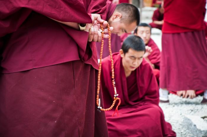 дебаты монахов в монастыре Сера
