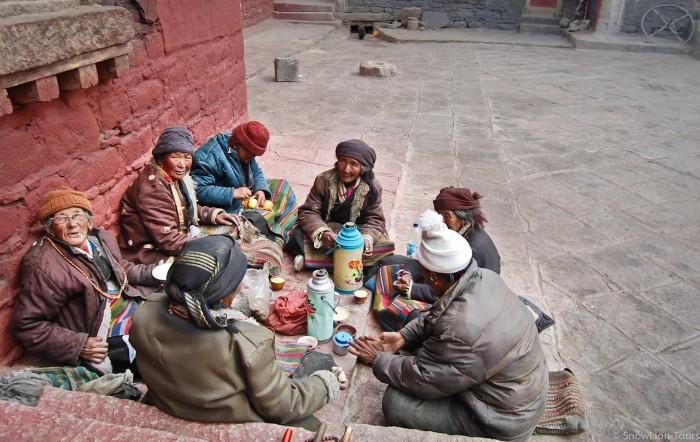 пикник у стен монастыря Сакья