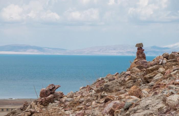 камни мани и озеро