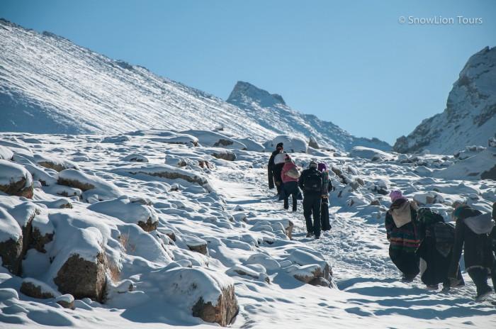 Паломники поднимаются на перевал Долма ла