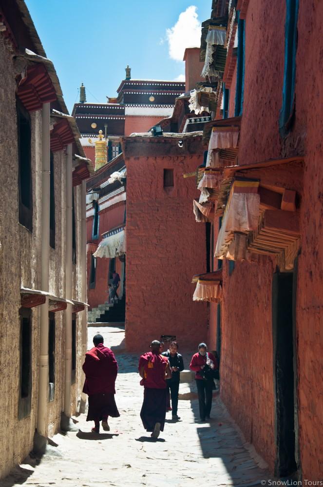 улочки в монастыре Ташилунпо в Шигатце