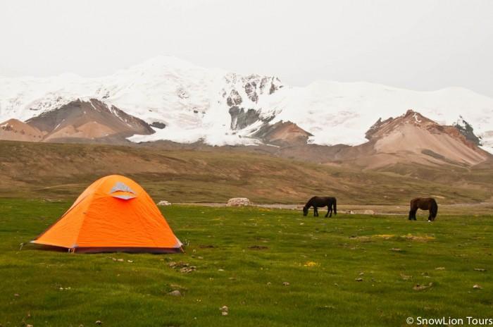 кемпинг у подножия горы перед перевалом Тамчок ла - самый высокий участок Амнье Мачен коры