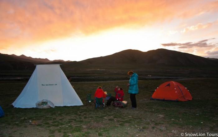закат и палаточный лагерь