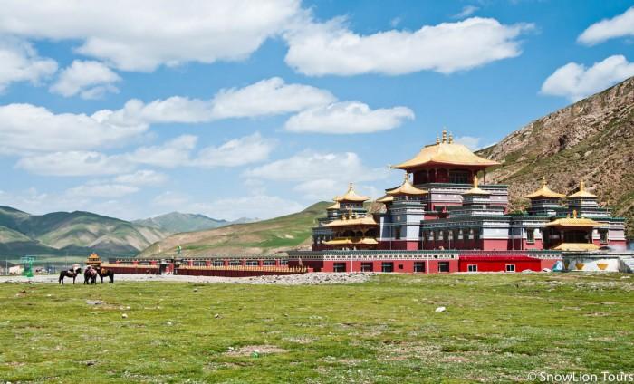 монастырская школа в первый день коры вокруг Амнье Мачена