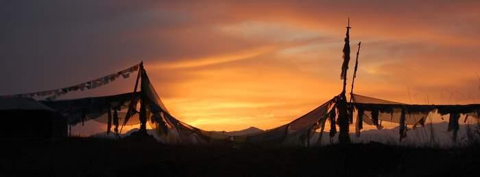 Молитвенные флажки на закате
