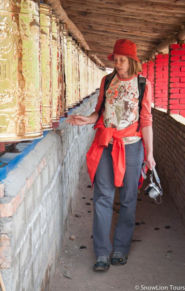 молитвенные барабаты в древнем монастыре на коре