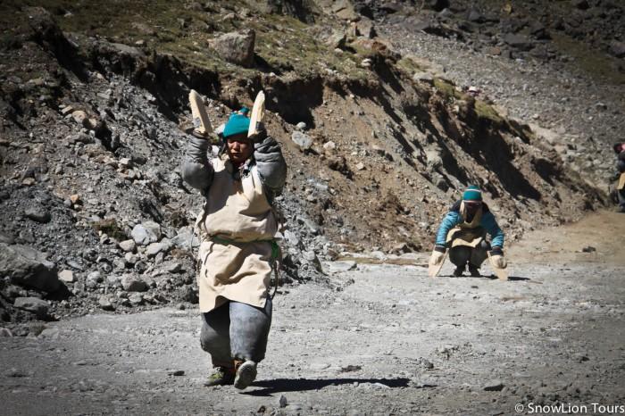 тибетские паломники делают простирания вокруг Амнье Мачена