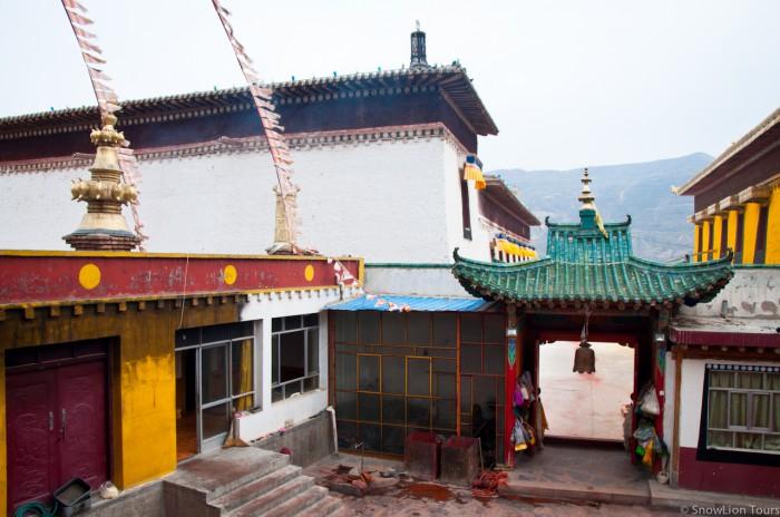 внутри храма защитников буддизма в монастыре Ронгву