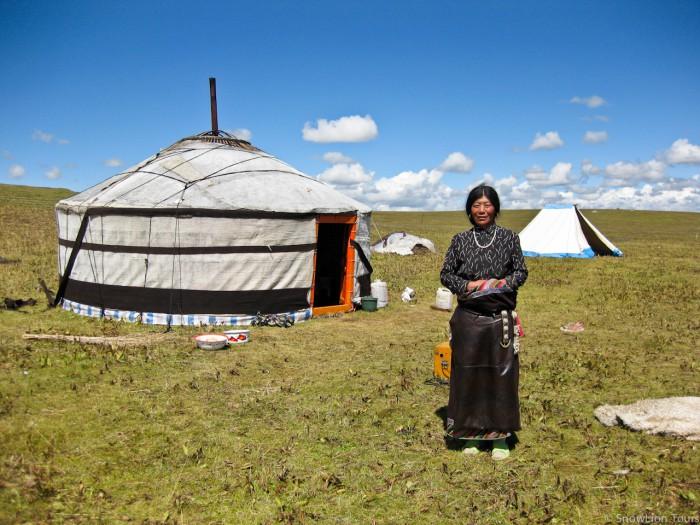 монголка и монгольская юрта