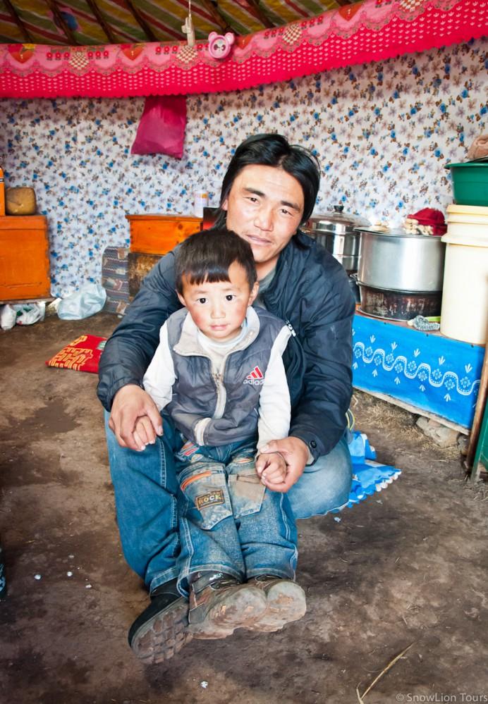 монгольские кочевники в юрте