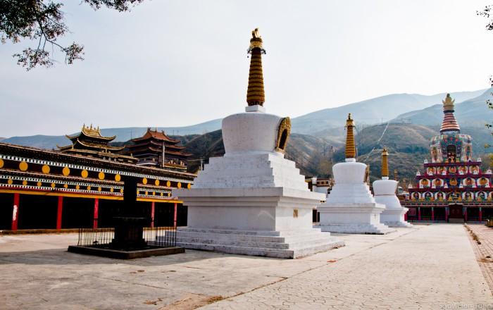ступы в монастыре Сенгещунг