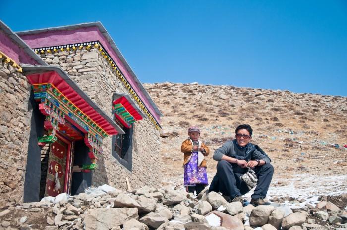 гид Дондуб у входа в монастырь Сералунг, расположенный у начала внутренней коры