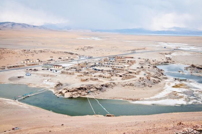 горячие источники при монастыре Чиу на берегах озера Манасаровар