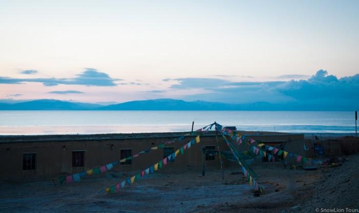 озеро Манасаровар на рассвете и молитвенные флажки