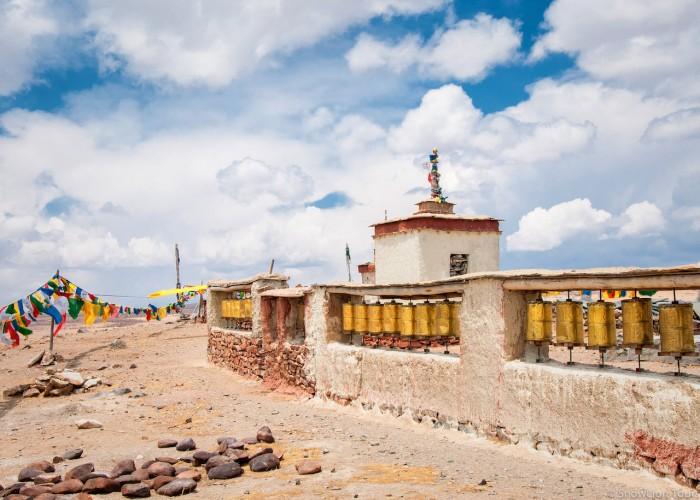 молитвенные барабаны у берега озера Манасаровар