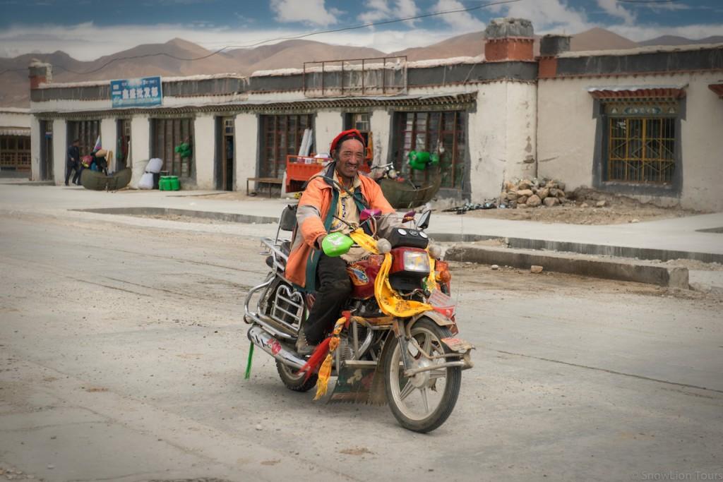 Местный тибетец на своем мотоцикле