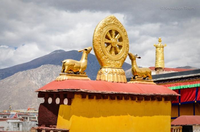 Дхармачакра на крыше Джокханга