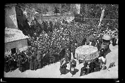Церемония Нечунга близ храма Джоканг в Лхасе.