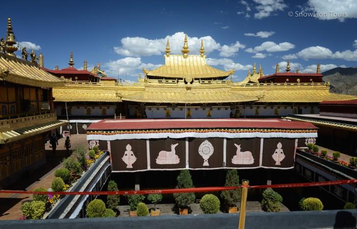 вид на внутренний дворик храма Джокханг