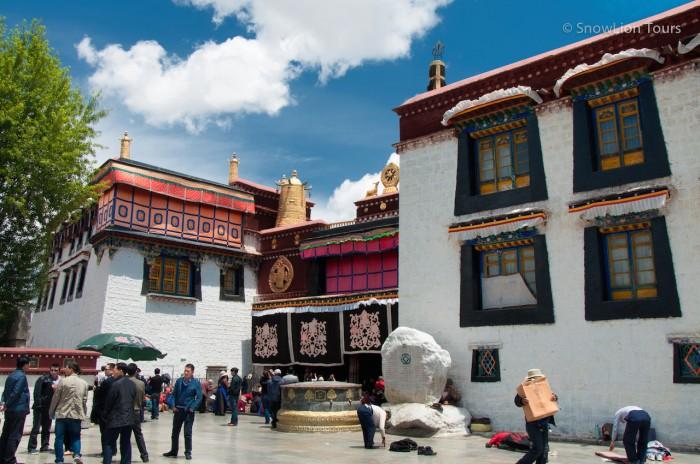 главный вход в храм Джокханг