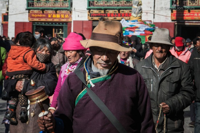 паломники на коре вокруг храма Джокханг