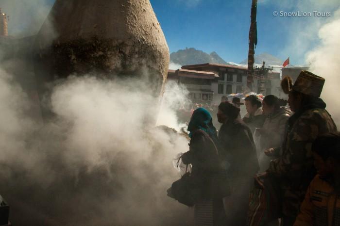 подношение можжевеловых благовоний перед Джокхангом