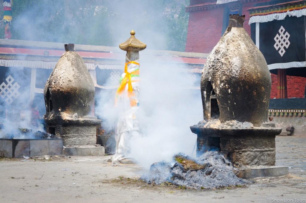 подношения дхармапалам перед входом в храм Нечунг